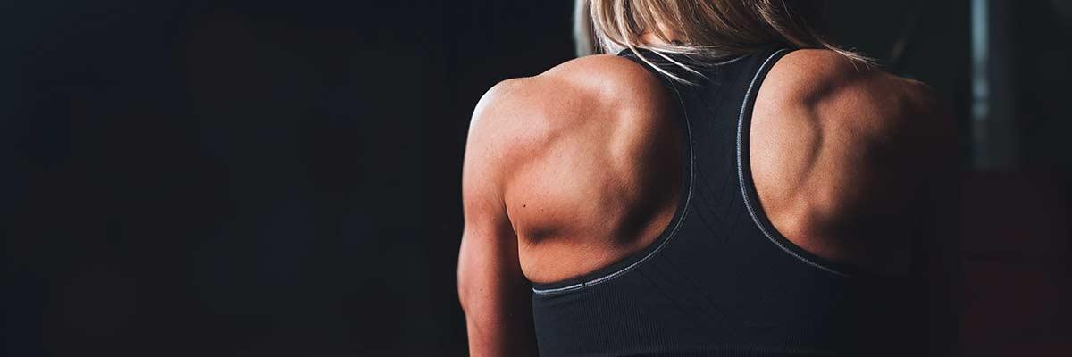 raggazza muscola di spalle